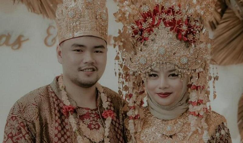 https: img.okezone.com content 2020 10 20 33 2296728 sah-mantan-kekasih-vicky-prasetyo-resmi-menikah-dw9si4lha9.jpeg