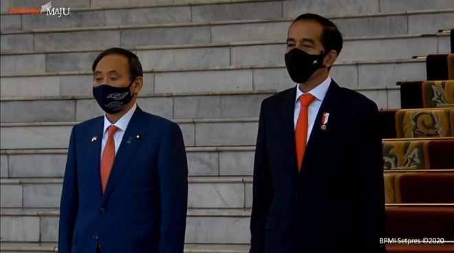 https: img.okezone.com content 2020 10 20 337 2296716 tiba-di-istana-bogor-pm-jepang-langsung-disambut-presiden-jokowi-6dJXtpWtJu.jpg