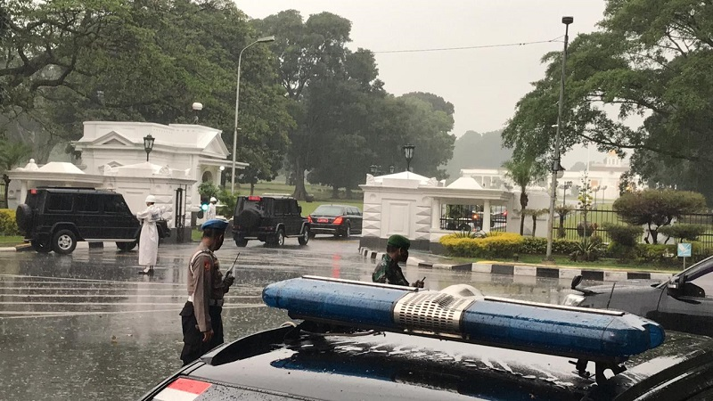 https: img.okezone.com content 2020 10 20 337 2296769 hujan-sambut-kunjungan-pm-jepang-di-istana-bogor-u09RU0BEEr.jpg