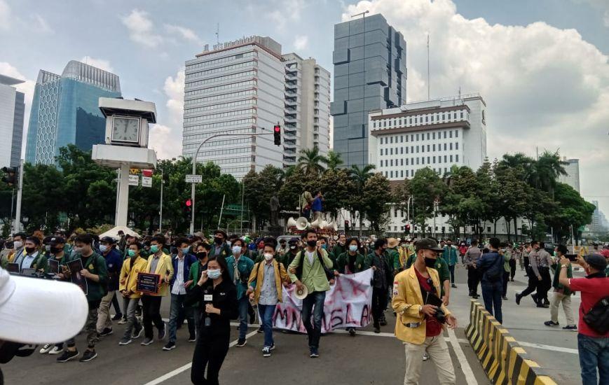 https: img.okezone.com content 2020 10 20 338 2296534 demo-bem-seluruh-indonesia-begini-suasana-terkini-kawasan-patung-kuda-E22y2RF9oY.jpg