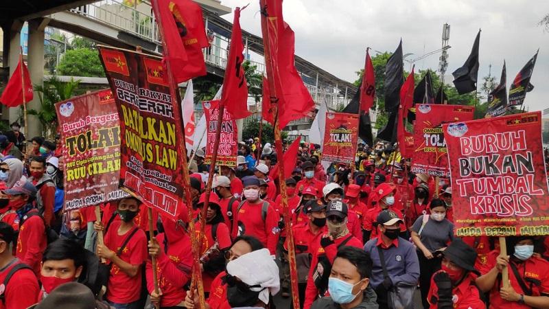 https: img.okezone.com content 2020 10 20 338 2296565 buruh-dan-mahasiswa-long-march-ke-istana-jalan-salemba-macet-parah-W1XMZpn7Ga.jpg