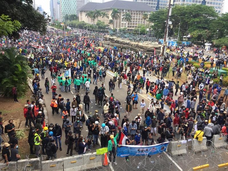 https: img.okezone.com content 2020 10 20 338 2296736 bubarkan-diri-bem-seluruh-indonesia-kami-kembali-28-oktober-4zKhGsGvG3.jpg