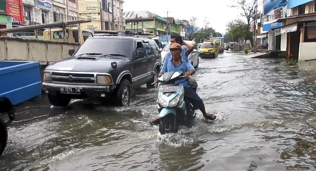 https: img.okezone.com content 2020 10 20 608 2296584 diguyur-hujan-deras-jalan-marelan-raya-terendam-banjir-Eu4XiuPBWt.jpg