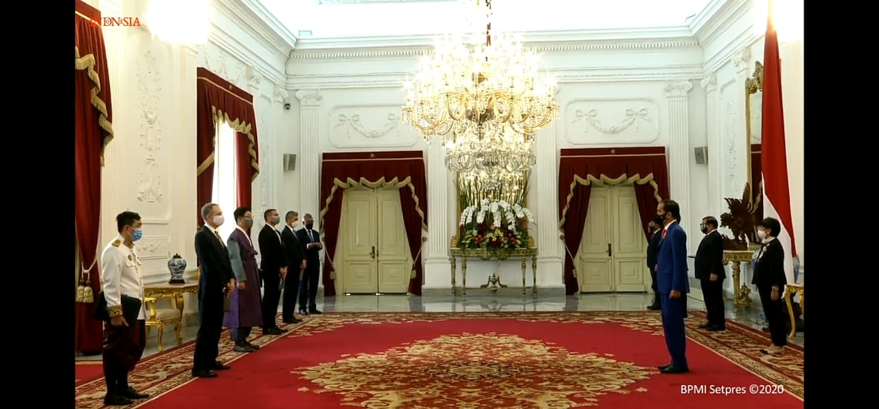 https: img.okezone.com content 2020 10 21 337 2297049 presiden-jokowi-terima-surat-kepercayaan-7-duta-besar-negara-sahabat-as-salah-satunya-8TcUtVwGiq.jpg
