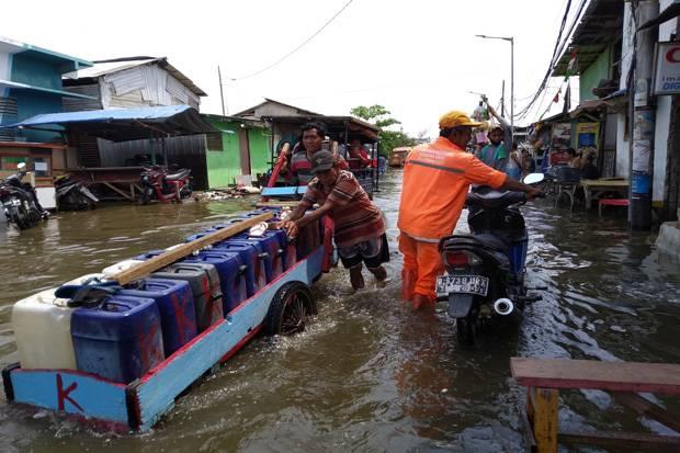 https: img.okezone.com content 2020 10 21 338 2296911 banjir-rob-di-muara-angke-warga-minta-pemerintah-bertindak-cepat-qd8Drcu0Nt.jpg
