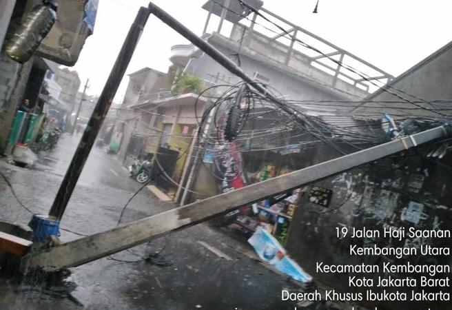 https: img.okezone.com content 2020 10 21 338 2297429 hujan-deras-2-tiang-listrik-di-kembangan-jakbar-roboh-FCZ2zxQhOm.jpg