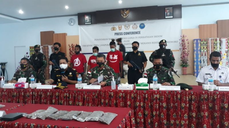 https: img.okezone.com content 2020 10 21 340 2297121 diduga-hendak-edarkan-1-kg-ganja-4-warga-papua-ditangkap-vlptU3gHF8.jpg