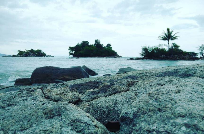 https: img.okezone.com content 2020 10 21 408 2296967 eksotisnya-pantai-pulau-tiga-yang-dipenuhi-batu-granit-GGdnyAph3Q.JPG