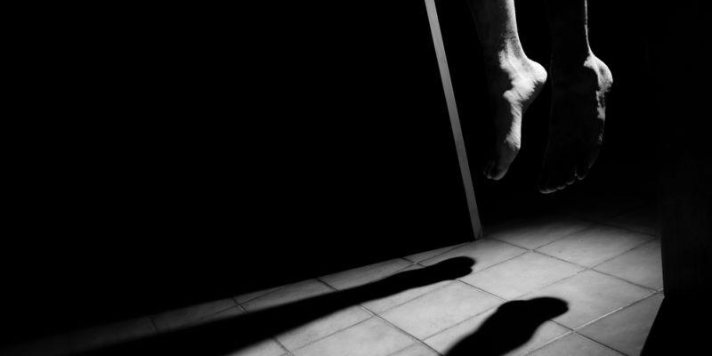 https: img.okezone.com content 2020 10 22 338 2297831 seorang-pria-di-bekasi-ditemukan-gantung-diri-kaki-dalam-kondisi-diperban-M4tbW6Llav.jpg