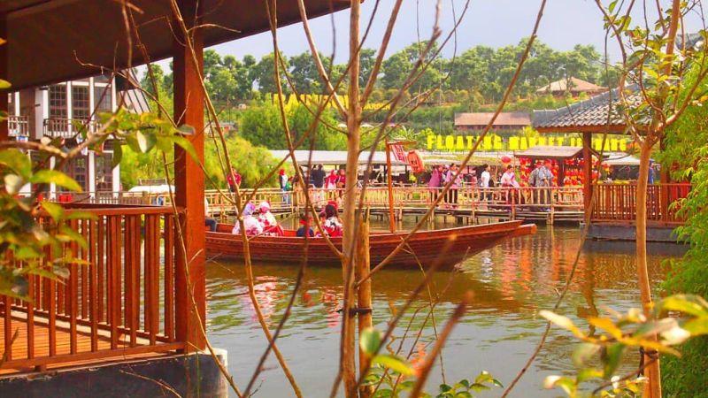 https: img.okezone.com content 2020 10 22 408 2297805 floating-market-lembang-wisata-bandung-tawarkan-sensasi-belanja-di-atas-danau-XWFGwjlsKT.jpg