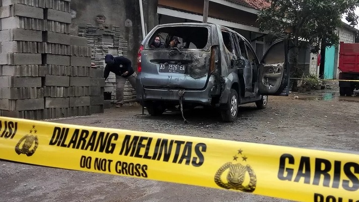 https: img.okezone.com content 2020 10 22 512 2297738 mayat-perempuan-terbakar-dalam-mobil-ternyata-kerabat-jauh-jokowi-e9djqIy0Ig.jpg