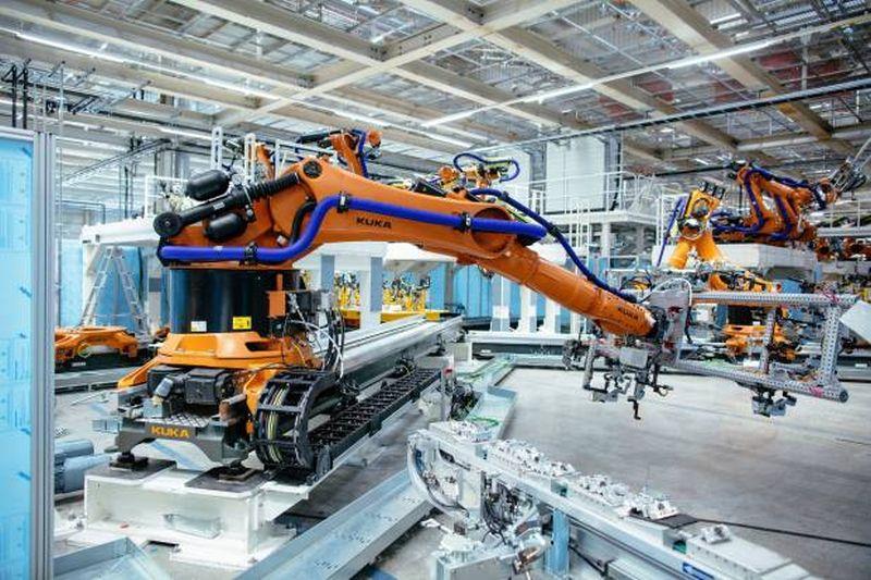 https: img.okezone.com content 2020 10 22 52 2297640 produksi-mobil-listrik-volkswagen-pesan-2-200-robot-QFBfEIy9QJ.jpg