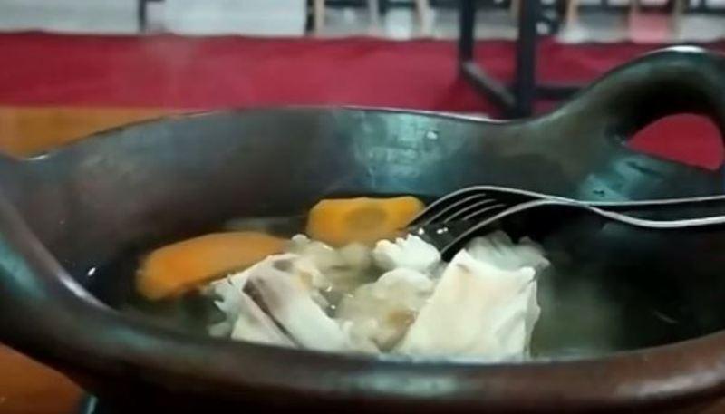 https: img.okezone.com content 2020 10 23 301 2298236 sup-mowo-kuliner-unik-khas-klaten-yang-dinikmati-dari-atas-bara-api-jbZWlK54m8.JPG