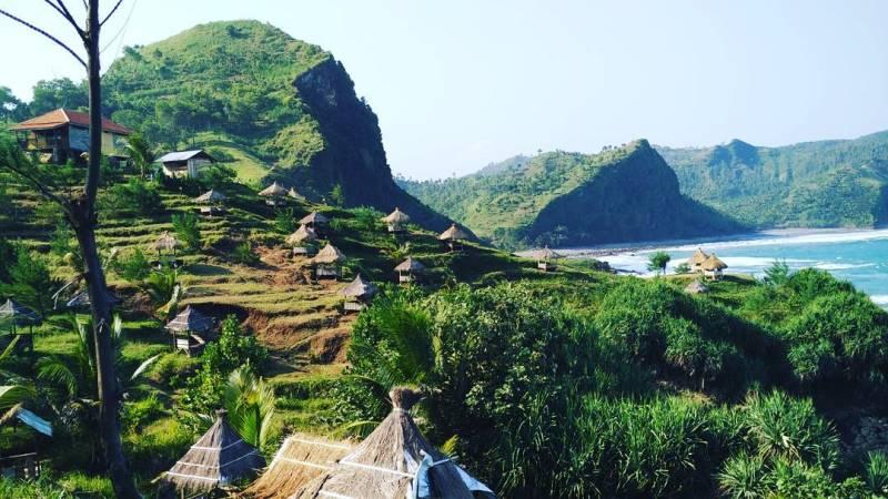 https: img.okezone.com content 2020 10 23 408 2298585 pantai-hingga-goa-ini-5-tempat-wisata-populer-di-kebumen-jJeOgJgDP2.jpg