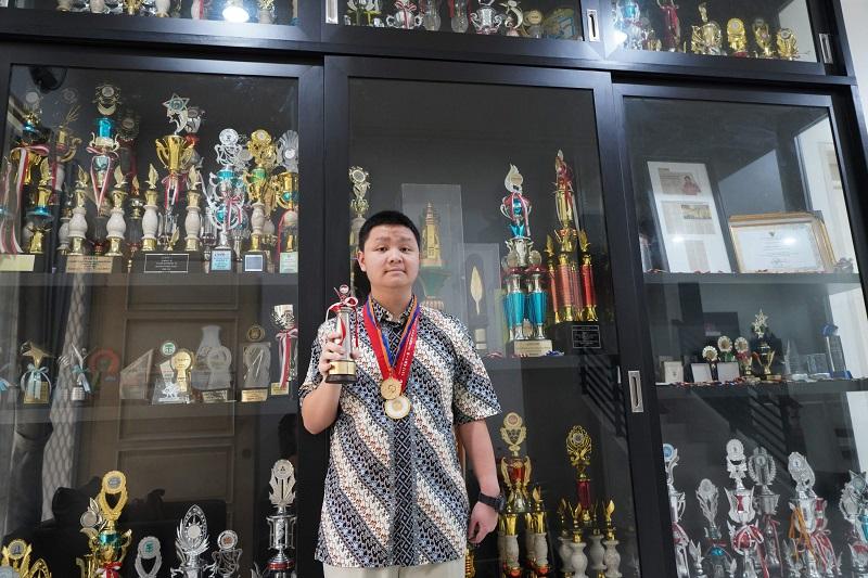 https: img.okezone.com content 2020 10 23 612 2298387 bangga-remaja-indonesia-raih-medali-emas-di-dua-olimpiade-matematika-internasional-Z6rTQH53iM.jpg
