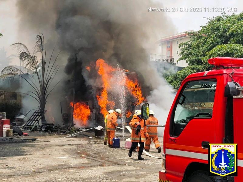 https: img.okezone.com content 2020 10 24 338 2298984 bus-akap-kebakaran-di-cilandak-RBjfnbYNTD.jpg