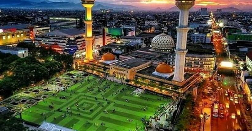 https: img.okezone.com content 2020 10 24 408 2298827 5-daya-tarik-wisata-alun-alun-kota-bandung-rumput-sintetis-hingga-masjid-raya-BxteiO7FI5.jpg