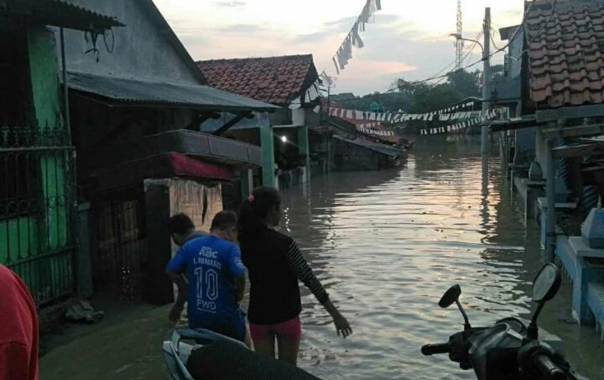 https: img.okezone.com content 2020 10 25 338 2299144 perumahan-teluk-pucung-bekasi-terendam-banjir-begini-penampakannya-0nOP6sV7sT.jpg
