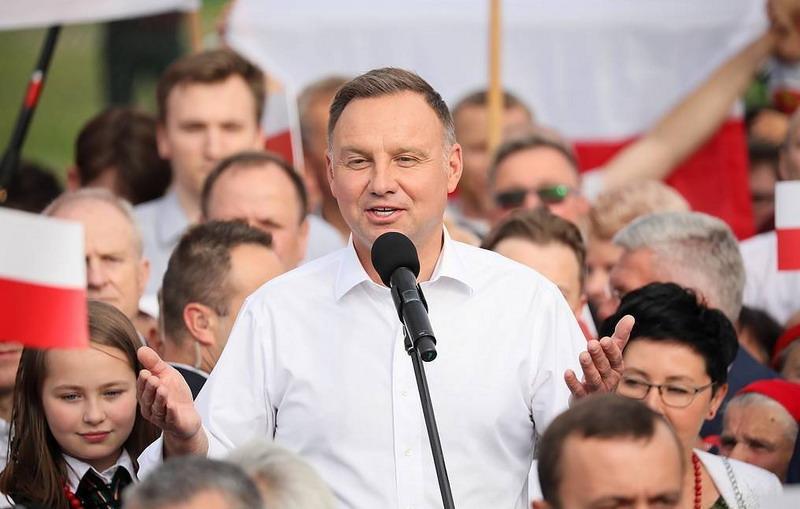 https: img.okezone.com content 2020 10 26 18 2299451 presiden-polandia-andrzej-duda-positif-terinfeksi-corona-sxItAAKOti.jpg