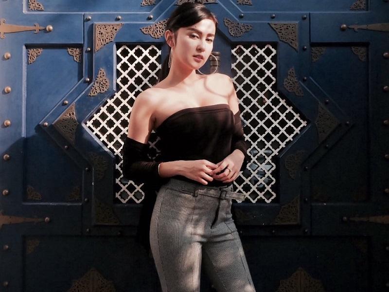 https: img.okezone.com content 2020 10 26 194 2299550 4-gaya-busana-vicy-melanie-istri-kevin-aprilio-yang-gaul-abis-nmdJ0hwWKn.jpg