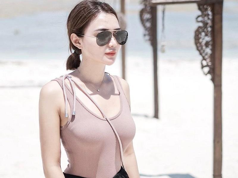 https: img.okezone.com content 2020 10 26 194 2299720 wika-salim-pakai-bikini-pamer-body-goals-di-pantai-netizen-bening-banget-CMrlV4RTed.jpg