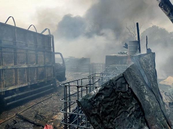 https: img.okezone.com content 2020 10 26 340 2299971 kebakaran-gudang-bbm-di-jambi-diduga-berasal-dari-mesin-pompa-air-GJ7epeV0Wt.jpg