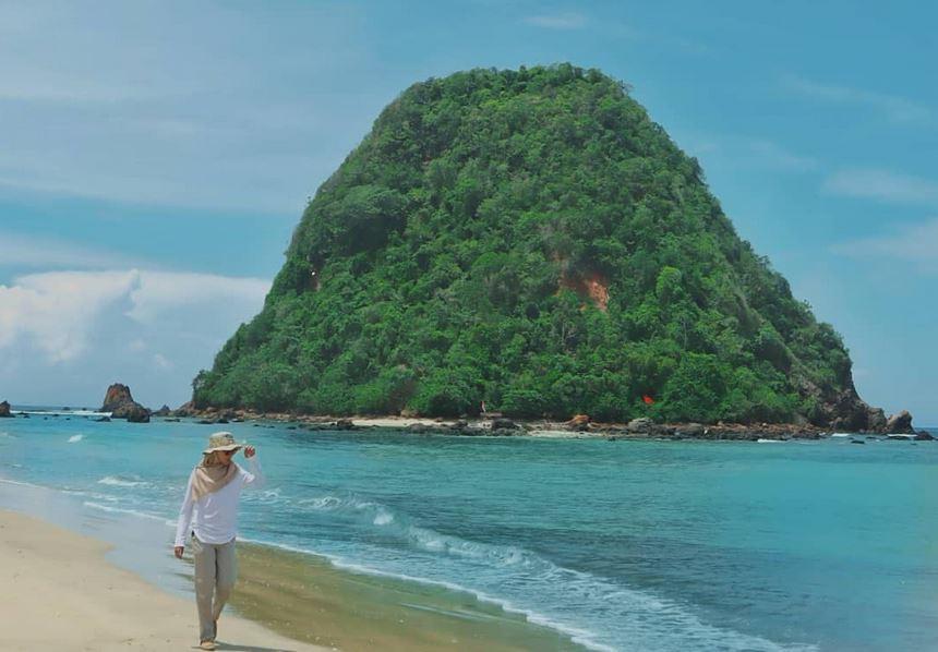 https: img.okezone.com content 2020 10 26 408 2299647 pulau-merah-destinasi-ideal-bagi-pemula-yang-ingin-belajar-surfing-oFP9Gp3UG3.JPG