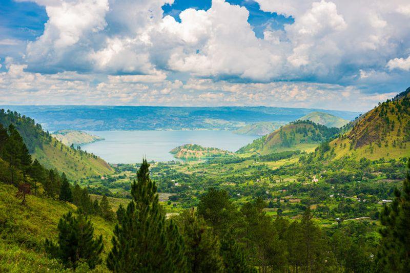 https: img.okezone.com content 2020 10 26 408 2299687 memandang-keindahan-danau-toba-dan-cerita-di-baliknya-C9zLKDnDGA.jpg