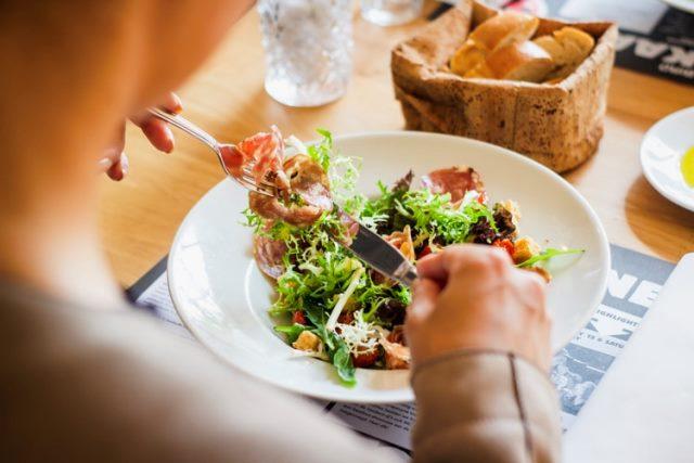https: img.okezone.com content 2020 10 27 16 2300536 alquran-dan-sains-rasulullah-menganjurkan-diet-untuk-kesehatan-GmIYICreP5.jpg