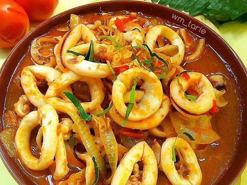 https: img.okezone.com content 2020 10 27 298 2300189 cumi-saus-padang-hidangan-lezat-untuk-libur-panjang-di-rumah-aja-QAzQ7S0Xc2.jpg