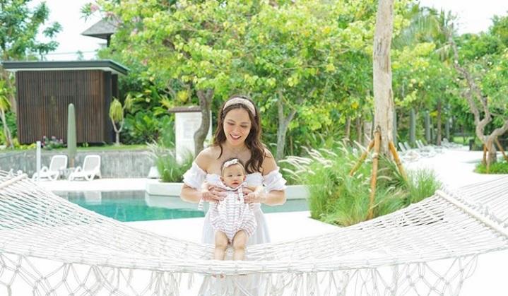 https: img.okezone.com content 2020 10 27 33 2300375 putrinya-sudah-tumbuh-gigi-shandy-aulia-dapat-kejutan-saat-menyusui-jSPgiVph1c.jpg