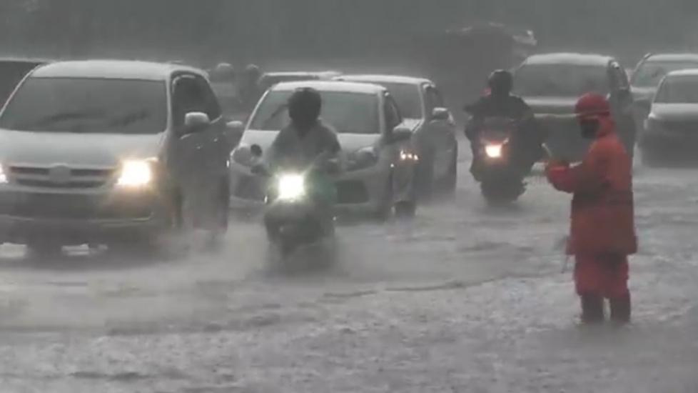 https: img.okezone.com content 2020 10 27 338 2300501 jalan-raya-taman-mini-tergenang-banjir-motor-pengendara-mogok-IpOMeL1H7E.jpg