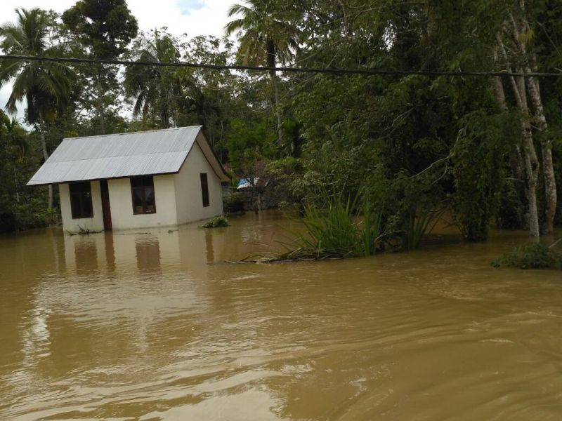 https: img.okezone.com content 2020 10 27 512 2300320 sungai-meluap-akibat-hujan-deras-ribuan-warga-kebumen-mengungsi-uclRS4umup.jpg