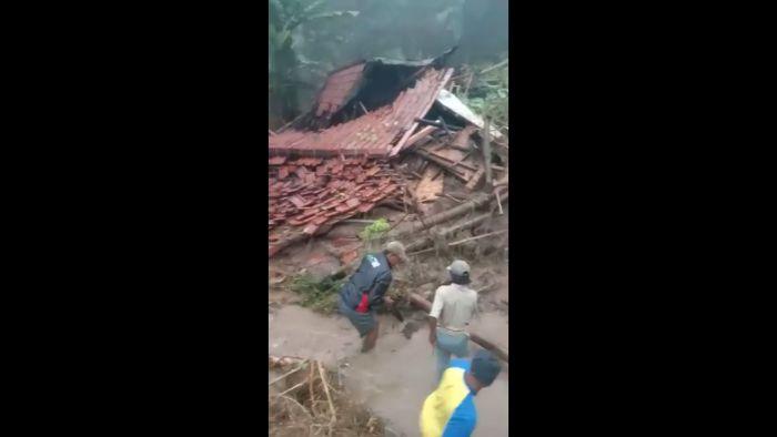 https: img.okezone.com content 2020 10 27 525 2300173 pangandaran-diterjang-banjir-dan-longsor-2-orang-dikabarkan-tewas-EbdNoWuILE.jpg