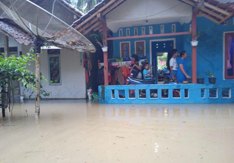 https: img.okezone.com content 2020 10 27 525 2300234 banjir-longsor-bnpb-2-orang-tewas-111-rumah-terendam-di-pangandaran-ZI9NknXBYf.jpg