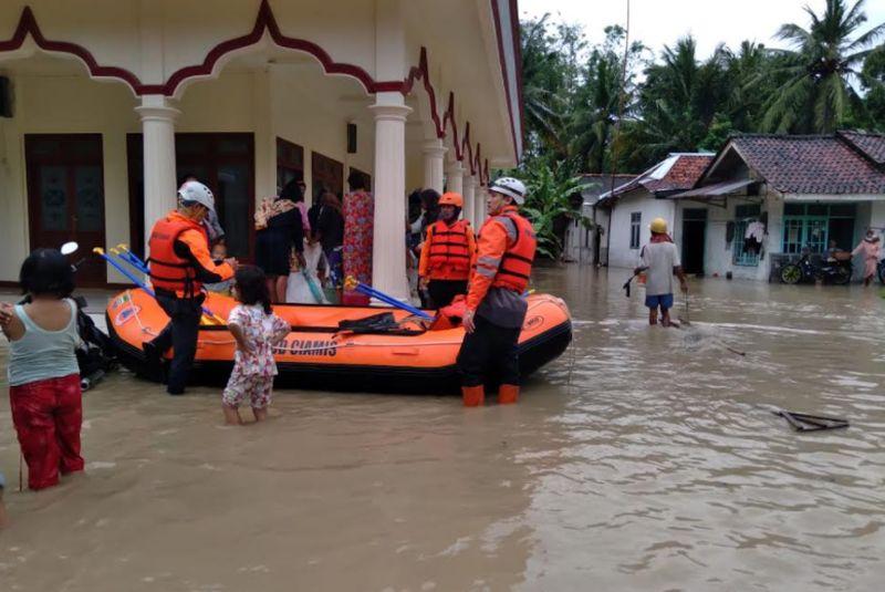 https: img.okezone.com content 2020 10 27 525 2300404 tim-sar-sisir-korban-banjir-di-ciamis-u3sBrZ8Kx3.jpg