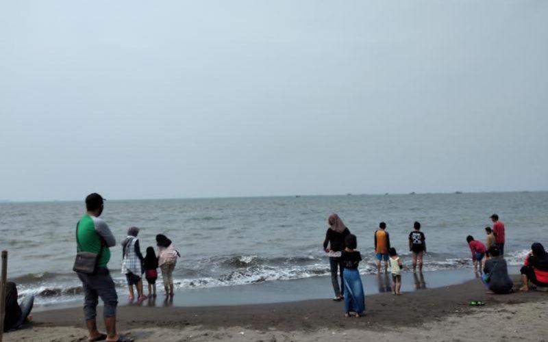 https: img.okezone.com content 2020 10 28 408 2300914 pantai-tanjung-pasir-destinasi-favorit-wisatawan-tangerang-lr9JV9y6aR.jpg