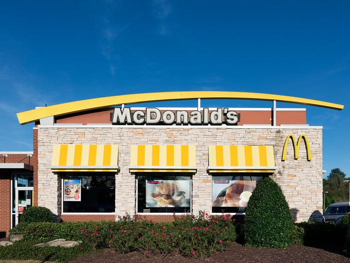 https: img.okezone.com content 2020 10 28 455 2300834 foto-transformasi-restoran-fast-food-tahun-1955-vs-2020-dari-mcd-hingga-burger-king-ADbdzFc44j.jpg
