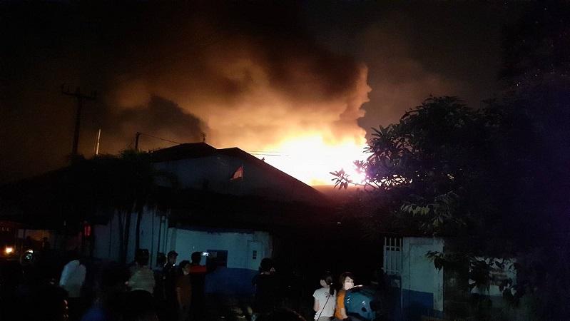 https: img.okezone.com content 2020 10 29 338 2301340 pabrik-busa-di-tangerang-terbakar-akses-jalan-sekitar-lokasi-ditutup-JpgERzOu6i.jpg