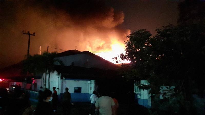 https: img.okezone.com content 2020 10 29 338 2301346 ini-kronologi-kebakaran-pabrik-busa-di-tangerang-PkX521accx.jpg