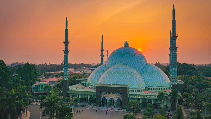 https: img.okezone.com content 2020 10 29 408 2301075 4-objek-wisata-religi-di-tangerang-cocok-diziarahi-saat-maulid-nabi-muhammad-cqaYL1lSu9.jpg