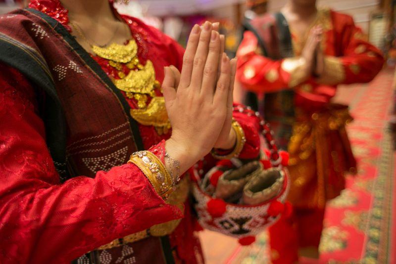 https: img.okezone.com content 2020 10 29 620 2301219 5-kain-tradisional-indonesia-penuh-arti-dan-filosofi-FZKmgIL45A.jpg