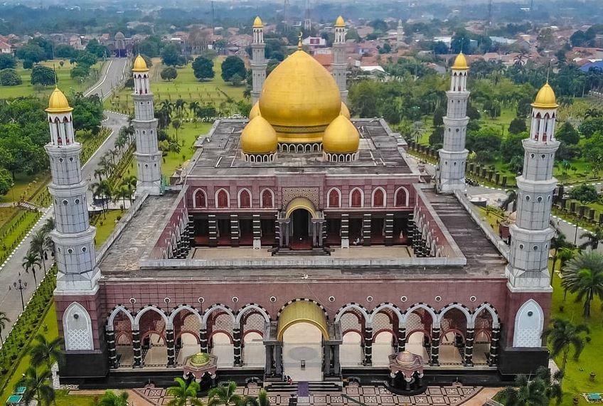 https: img.okezone.com content 2020 10 30 408 2301524 masjid-dengan-arsitektur-memukau-istiqlal-hingga-kubah-emas-MQOTfpFUV4.JPG