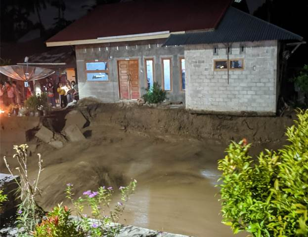 https: img.okezone.com content 2020 10 31 340 2301952 puluhan-rumah-rusak-akibat-banjir-bandang-di-sungai-pagu-sumbar-QMolhnTC12.jpg
