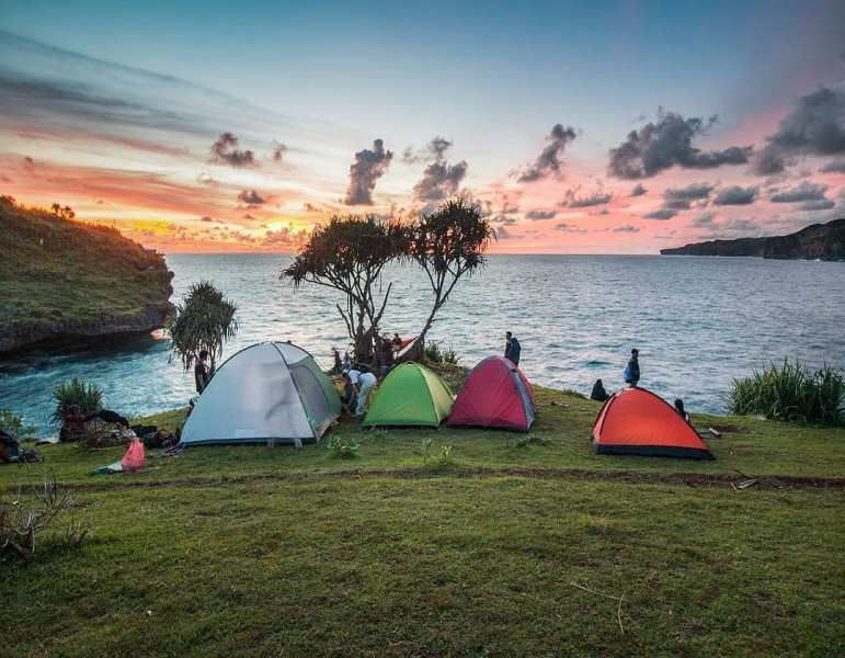 https: img.okezone.com content 2020 11 01 408 2302422 pantai-pantai-yang-asyik-buat-camping-seru-di-yogyakarta-InMXomxjuK.jpg