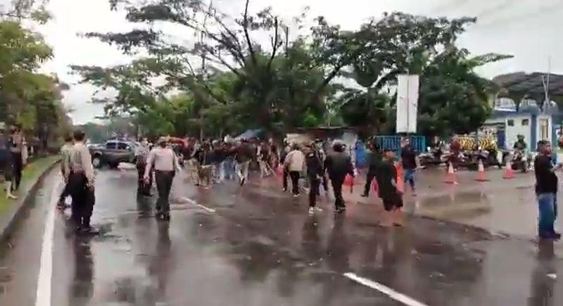 https: img.okezone.com content 2020 11 01 525 2302479 2-ormas-bentrok-di-sukabumi-4-orang-terluka-parah-cVL9DT6hq6.jpg