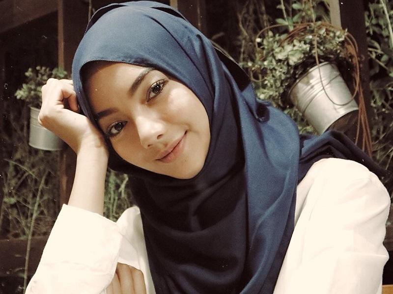 https: img.okezone.com content 2020 11 02 194 2302889 gaya-hijab-glenca-chysara-adik-amanda-manopo-di-sinetron-ikatan-cinta-IemshYLhjK.jpg