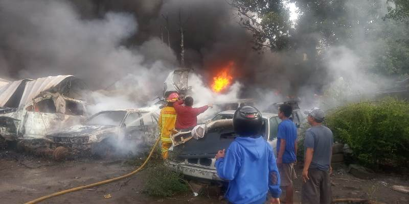 https: img.okezone.com content 2020 11 02 338 2303021 lapak-mobil-rongsokan-di-parung-kebakaran-9PHOomfSgE.jpg