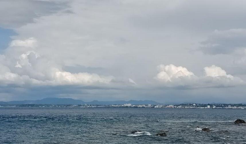 https: img.okezone.com content 2020 11 02 408 2302540 menikmati-panorama-pantai-malalayang-sambil-kulineran-jajanan-khas-manado-jNuaybsuMR.JPG