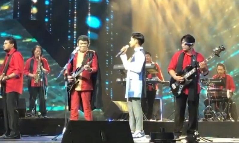 https: img.okezone.com content 2020 11 02 598 2303053 rhoma-irama-duet-bareng-betrand-peto-di-konser-kemenangan-kdi-2020-IIdTppzvfV.jpg